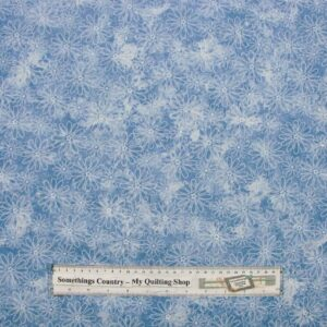 COUNTRY-QUILTING-FABRIC-Flower-Power-Lt-Blue-Floral-Fat-Quarter-50-x-55cm-111584358350